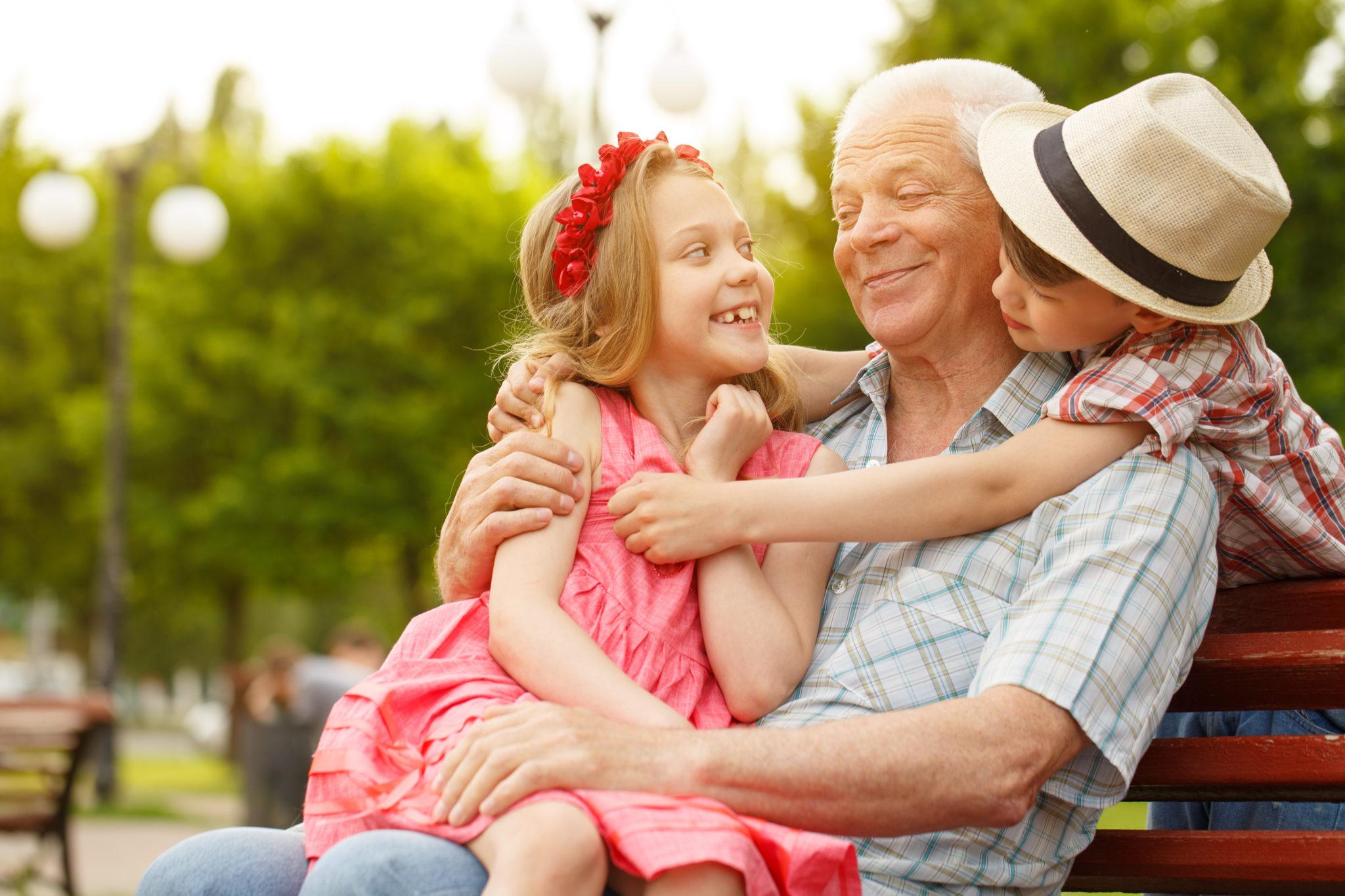 Seniors en vacances petits enfants heureux été canicule - Bazile Telecom