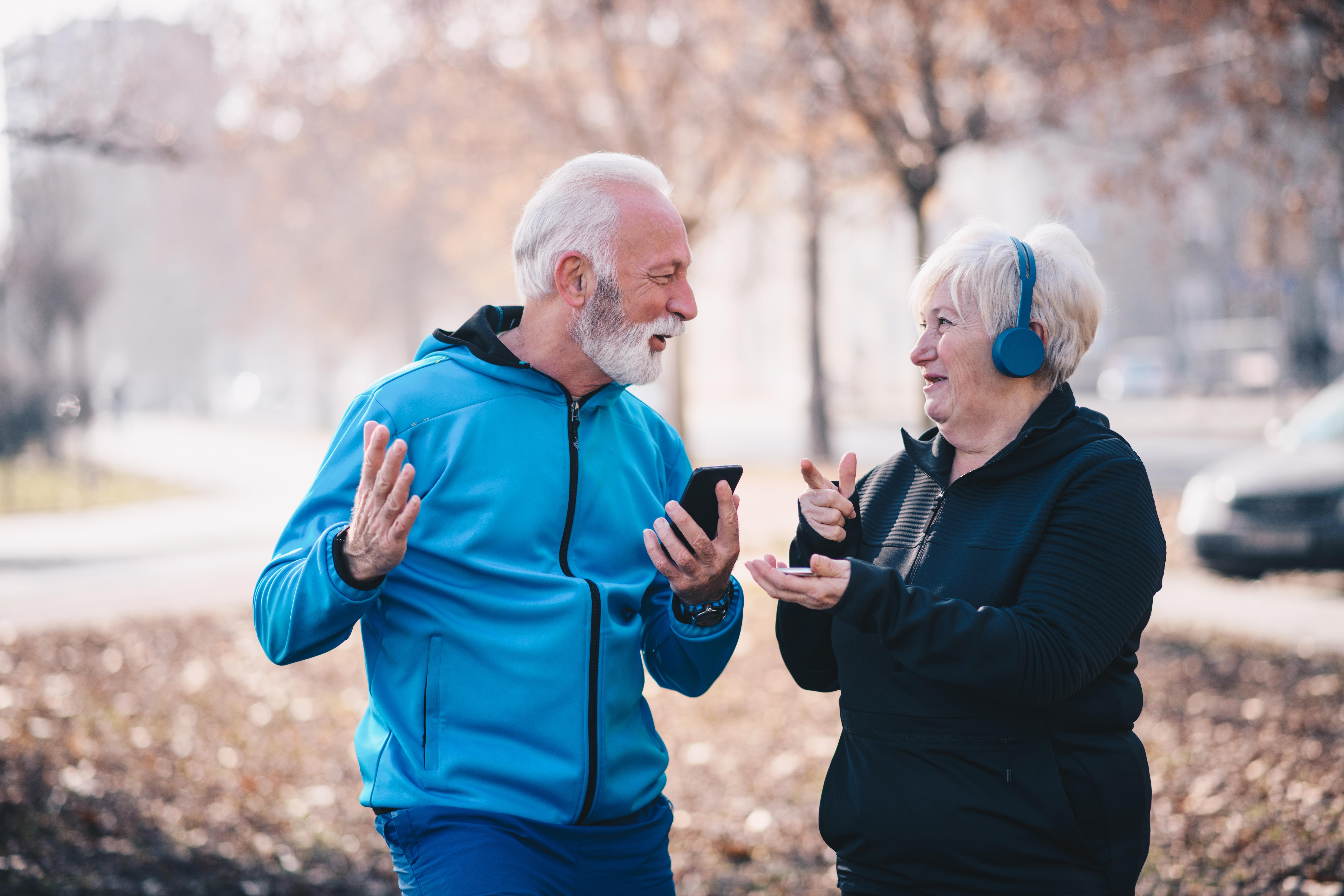 Seniors heureux téléphone sport DAS - Bazile Telecom