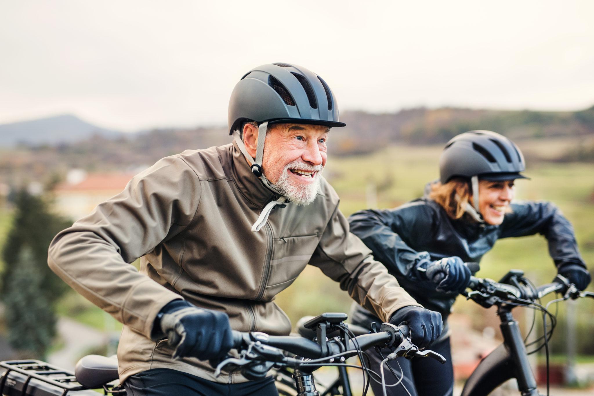 Seniors heureux cyclisme - vélo - Bazile Telecom